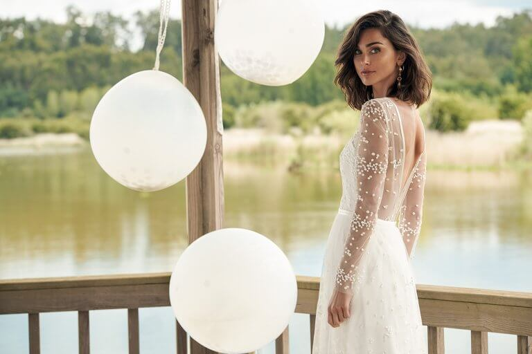 Less then 6 months to find your dream Wedding Dress? Sample Sale Gowns might be a good option!